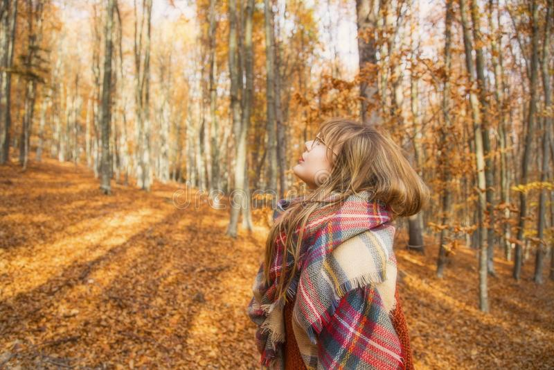 Junges Mädchen in der Herbstsaison im Park, Schuss eines Mädchens mit sca stockbild