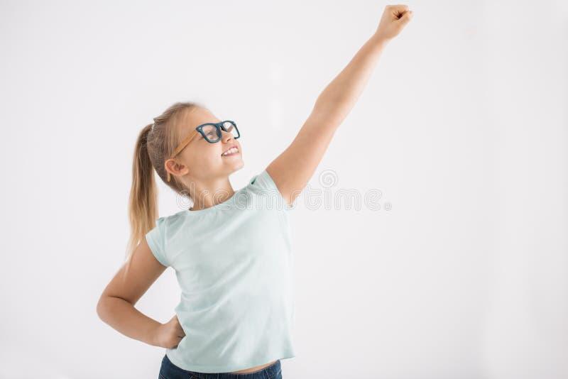 Junges Mädchen in der Superheldhaltung lizenzfreies stockfoto