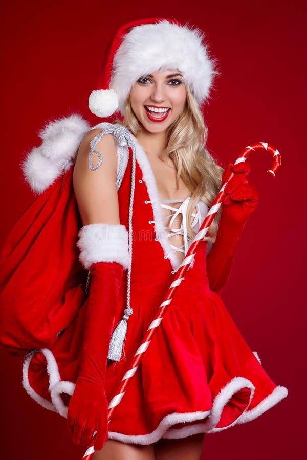 Junges Mädchen in der Weihnachtsausstattung Frau mit Bandkastengeschenk sant stockfotos