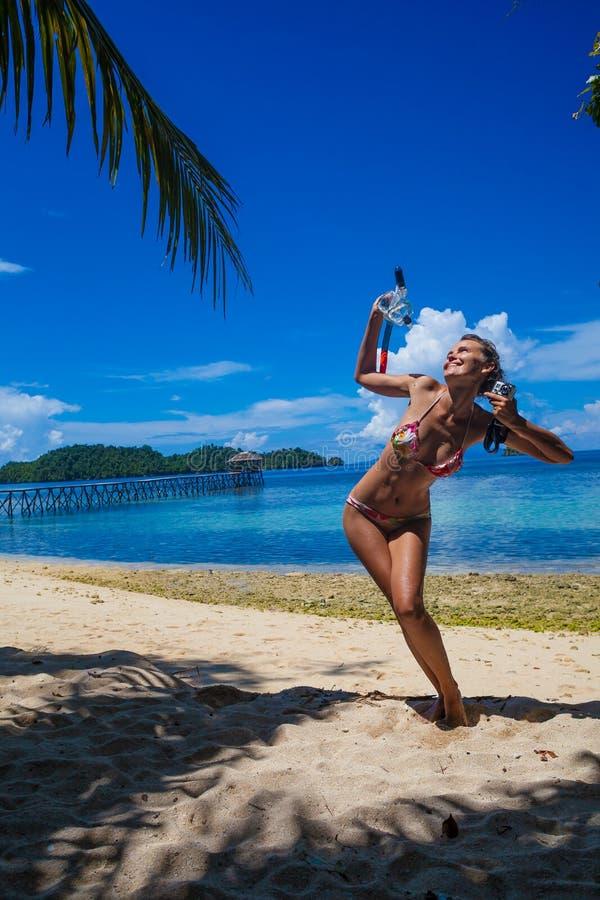 Junges Mädchen des Fotos, das auf dem Strand schnorchelt Ausrüstung spielt Lächelnde Frau, die Bali-Insel Sommer der Kühlzeit im  lizenzfreie stockfotografie