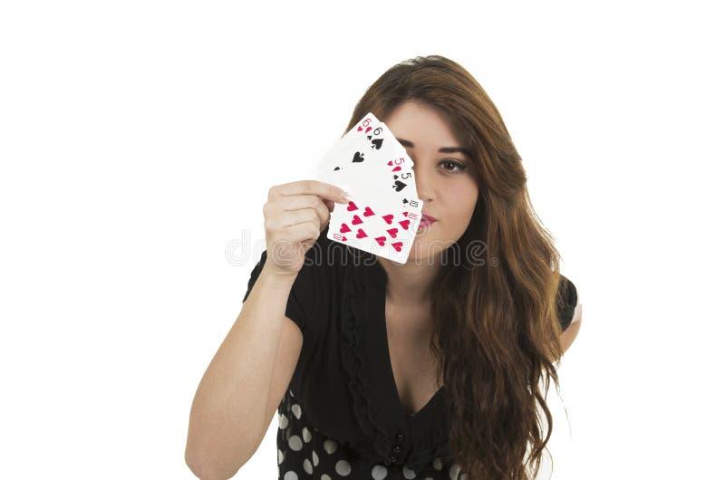 Junges Mädchen des hübschen Brunette, das Kartenstapel hält stockbild