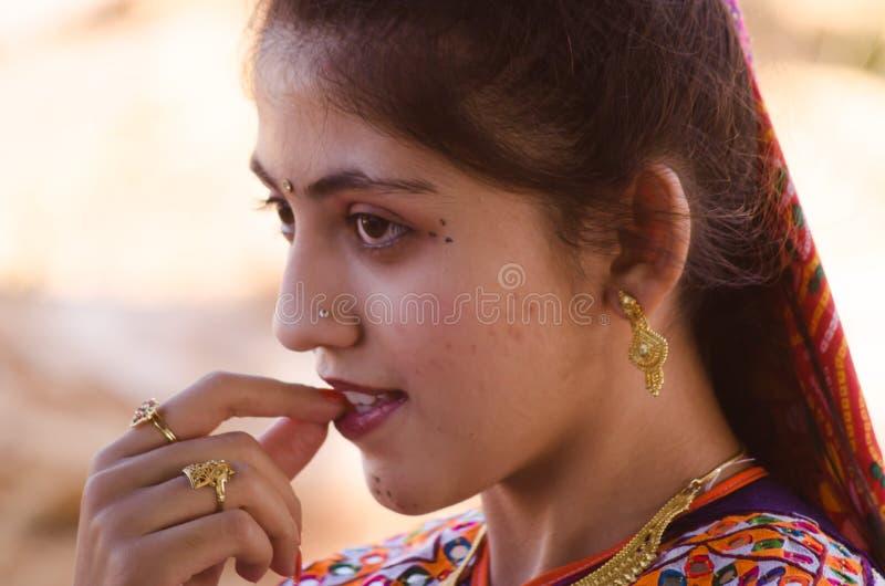 Junges Mädchen des indischen Gujaratidorfs lizenzfreie stockfotografie