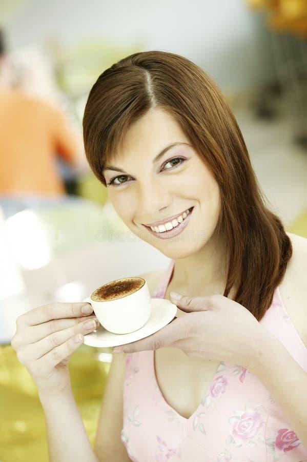 Junges Mädchen des Porträts mit Porzellanweißtasse kaffee stockbild