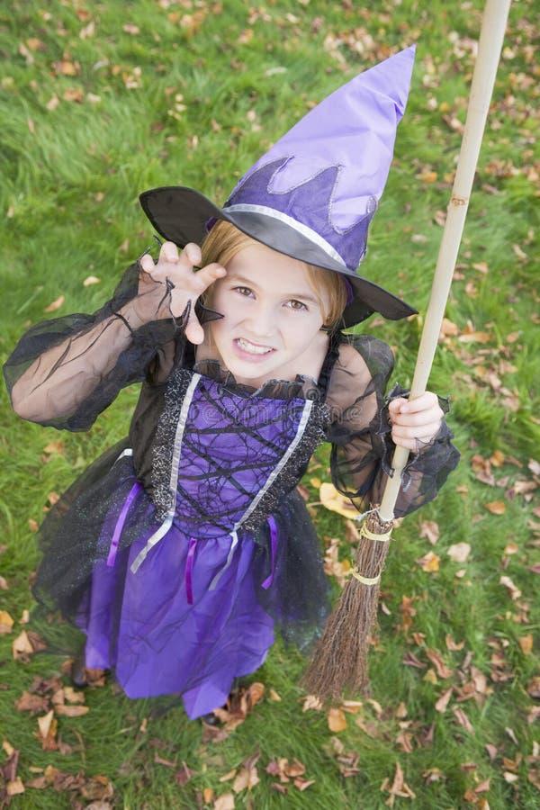 Junges Mädchen draußen im Hexekostüm auf Halloween stockfotos