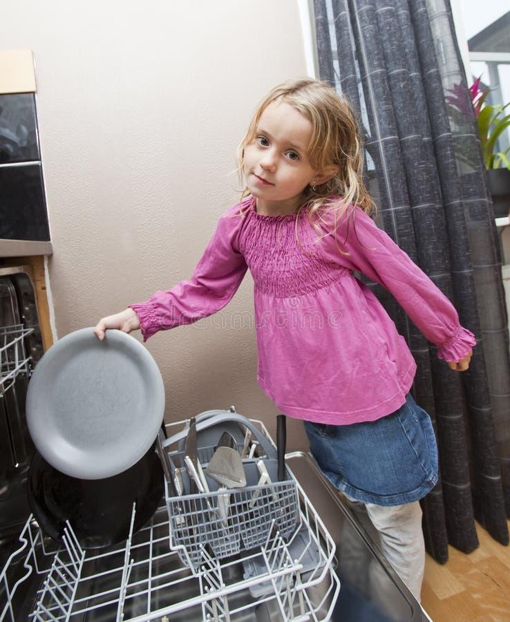 Junges Mädchen durch die Spülmaschine stockfotografie