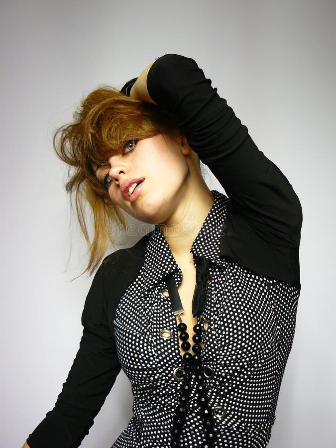 Junges Mädchen in einem schwarzen Bolero stockfoto