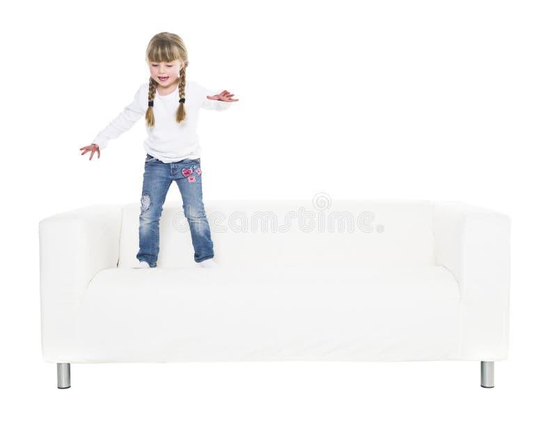 Junges Mädchen in einem Sofa stockbild