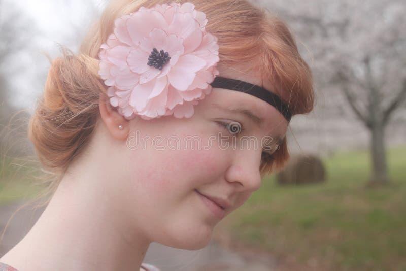 Rotes behaartes Mädchen mit einem geblühten Stirnband lizenzfreie stockbilder