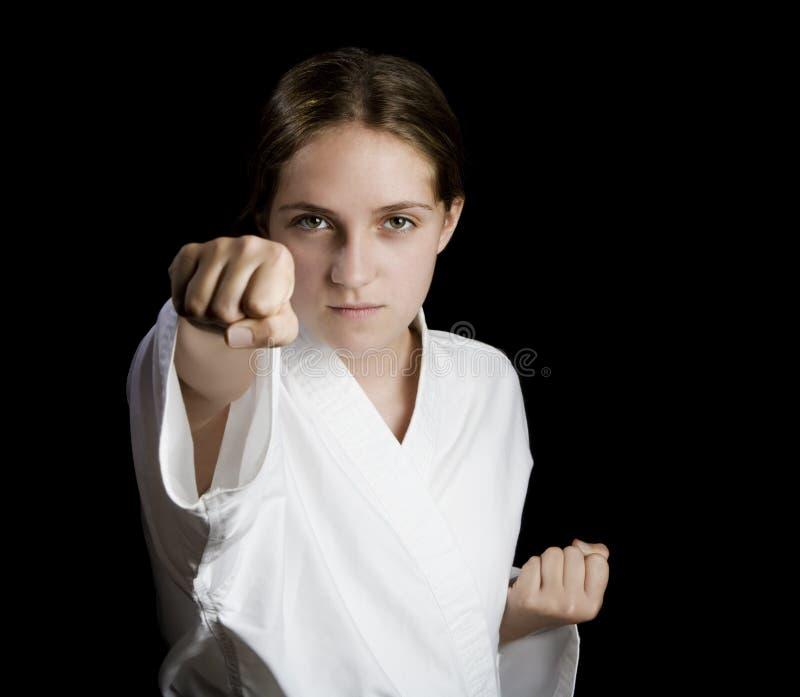 Junges Mädchen in einer Karateposition stockfotografie