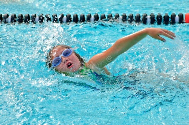 Junges Mädchen /Freestyle im Pool lizenzfreie stockbilder