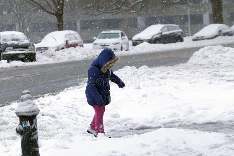 Junges Mädchen geht in Schneesturm im Bronx lizenzfreie stockbilder