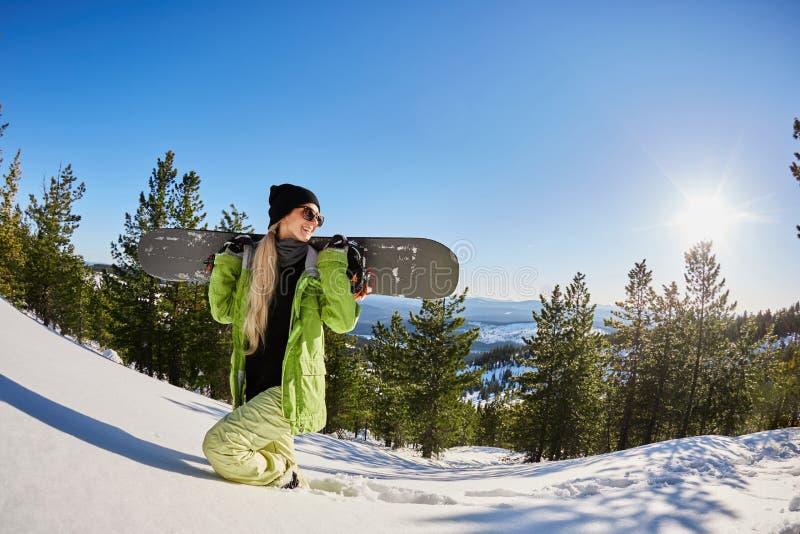Junges Mädchen glückliche lächelnde Frau touristischer Snowboard-Ski Resort Snow Winter Mountains auf Feiertags-extremen Sport-Fe stockfotografie