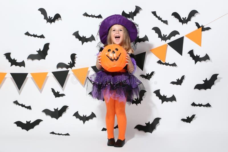 Junges Mädchen in Halloween-Kostüm lizenzfreies stockfoto