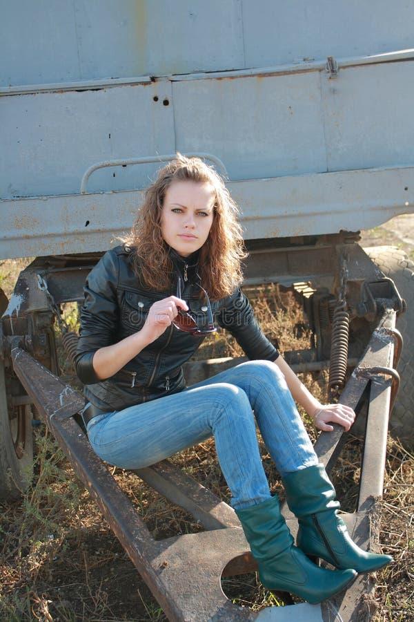 Junges Mädchen hat einen Fuß auf ein Rad gesetzt lizenzfreie stockfotos