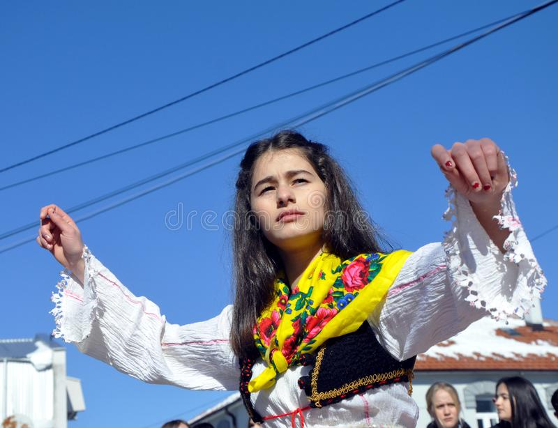 Junges Mädchen im albanischen traditionellen Kostüm an einer Zeremonie, die den 10. Jahrestag von Kosovo-` s Unabhängigkeit in Dr lizenzfreie stockfotografie