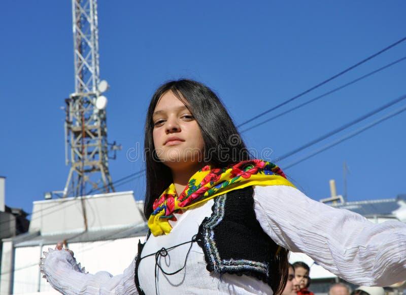 Junges Mädchen im albanischen traditionellen Kostüm an einer Zeremonie, die den 10. Jahrestag von Kosovo-` s Unabhängigkeit in Dr lizenzfreie stockbilder