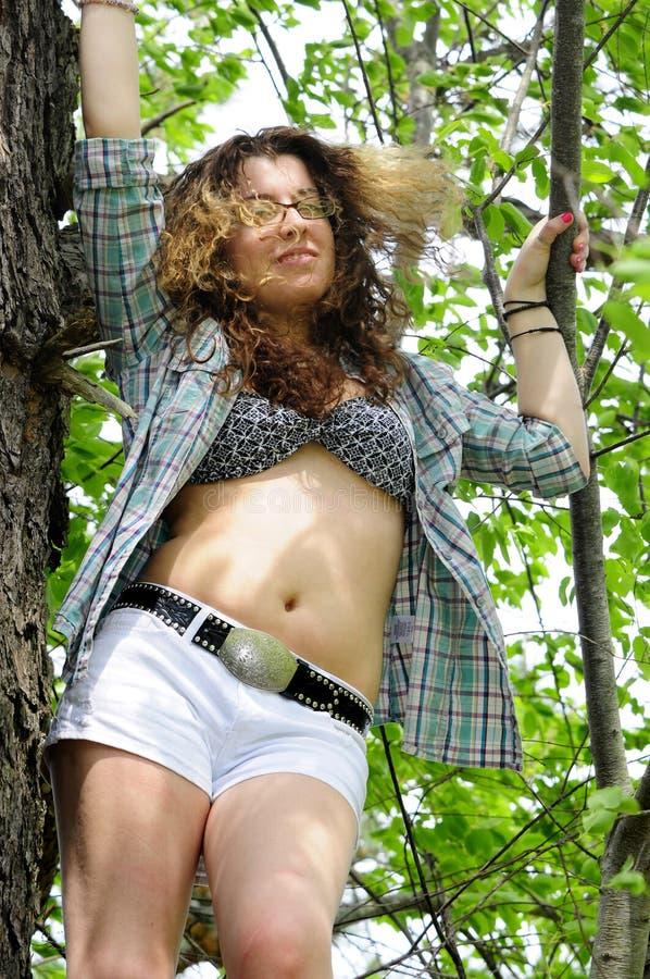 Junges Mädchen im Baum-Hemd offen lizenzfreies stockbild