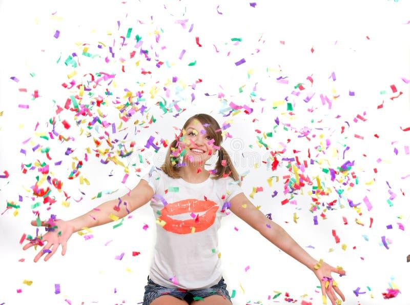 Junges Mädchen im Confetti lizenzfreie stockfotografie