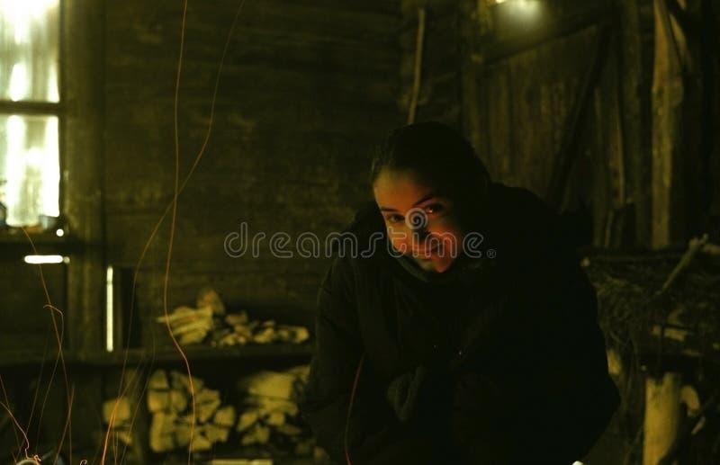 Junges Mädchen im Gebirgsschutz stockfotos
