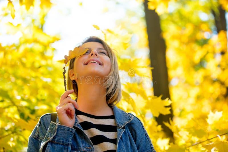 Junges Mädchen im Herbstsaisonpark stockbilder