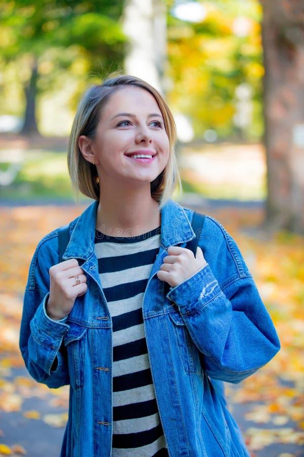 Junges Mädchen im Herbstsaisonpark stockfotos