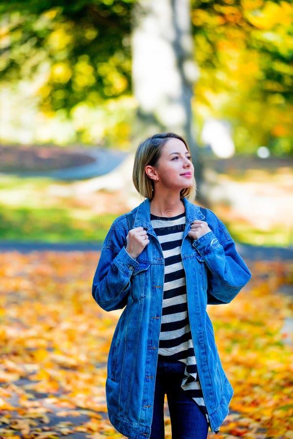 Junges Mädchen im Herbstsaisonpark lizenzfreie stockbilder
