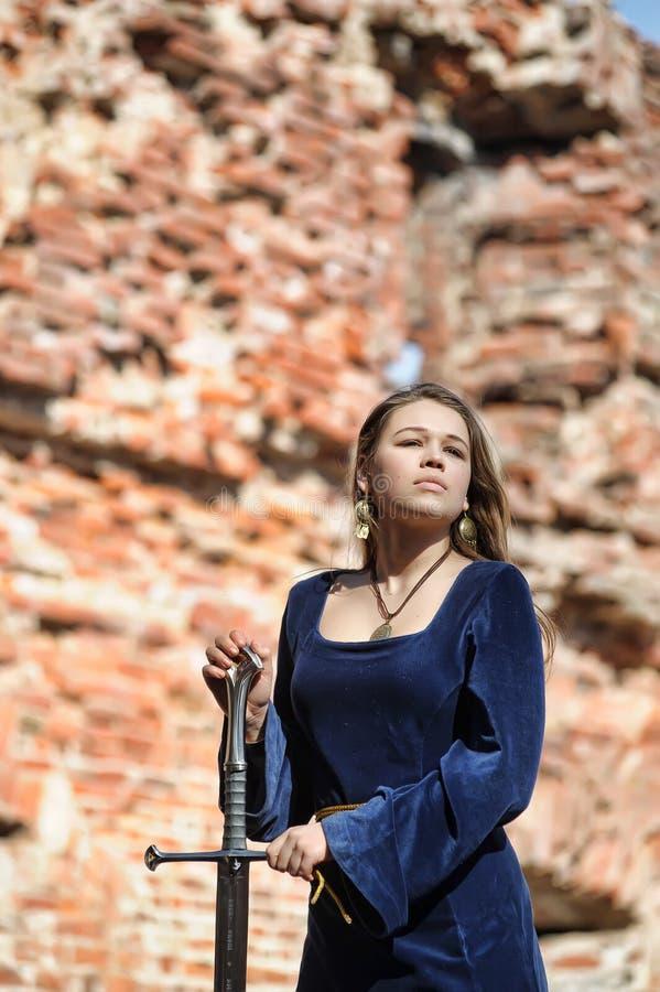 Junges Mädchen im mittelalterlichen Kleid stockfoto