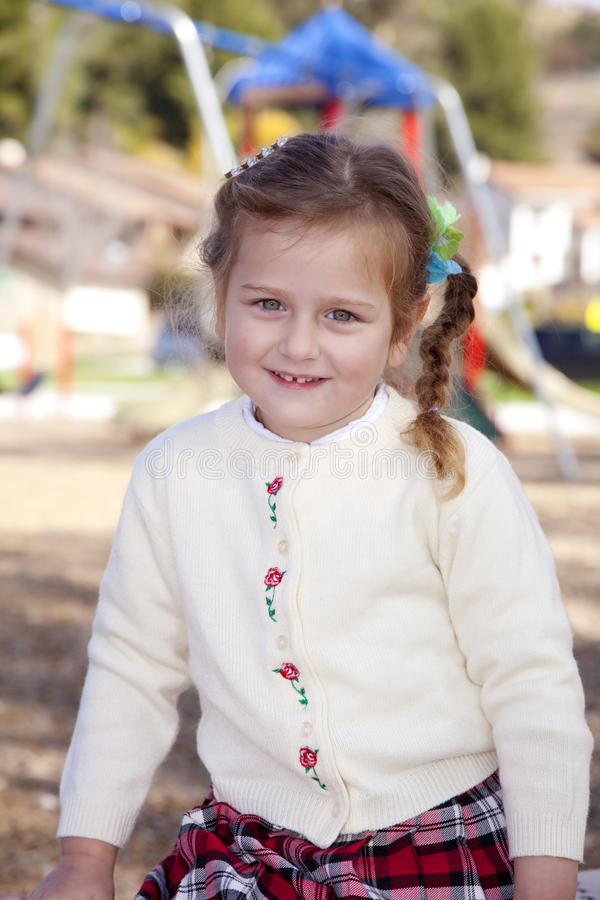 Junges Mädchen im Park lizenzfreie stockbilder