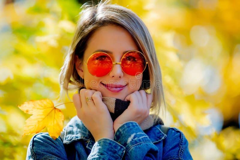 Junges Mädchen im Park in der Herbstsaisonzeit lizenzfreies stockfoto