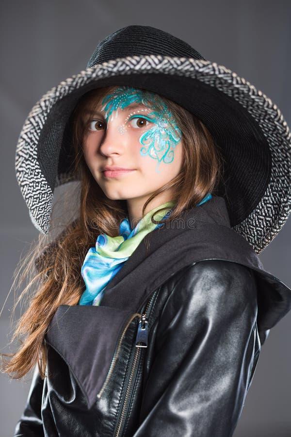 Junges Mädchen im schwarzen Hut und in der Jacke lizenzfreie stockbilder