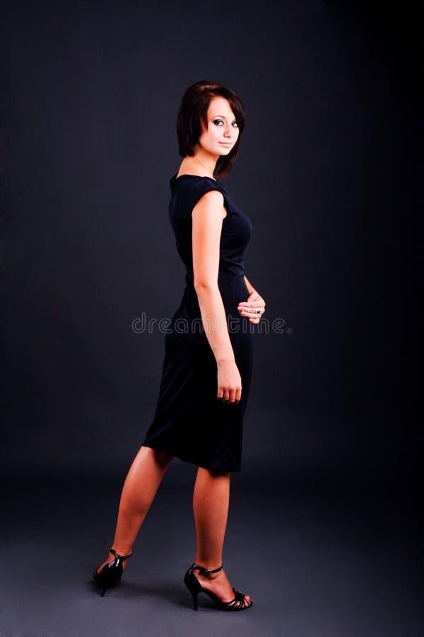 Junges Mädchen im schwarzen Kleid stockbilder
