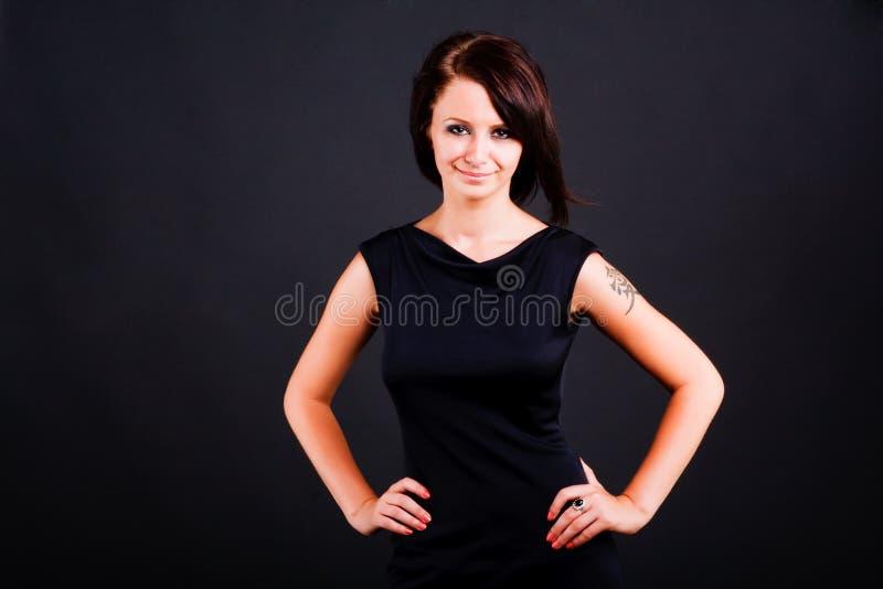 Junges Mädchen im schwarzen Kleid lizenzfreie stockfotografie