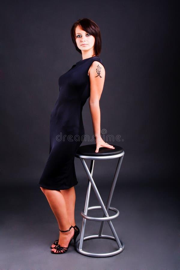 Junges Mädchen im schwarzen Kleid stockfoto