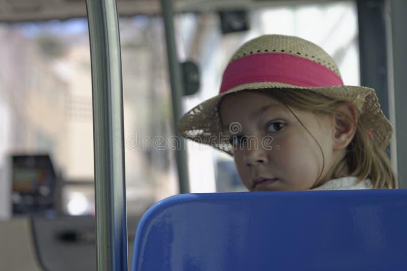 Junges Mädchen im Strohhut auf einem Bus lizenzfreie stockfotografie
