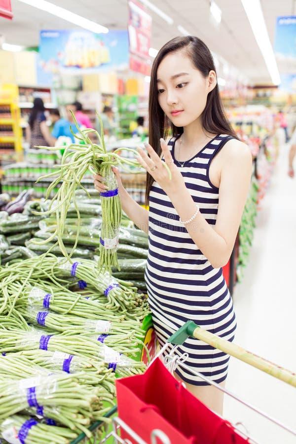 Junges Mädchen im Supermarkt lizenzfreies stockfoto