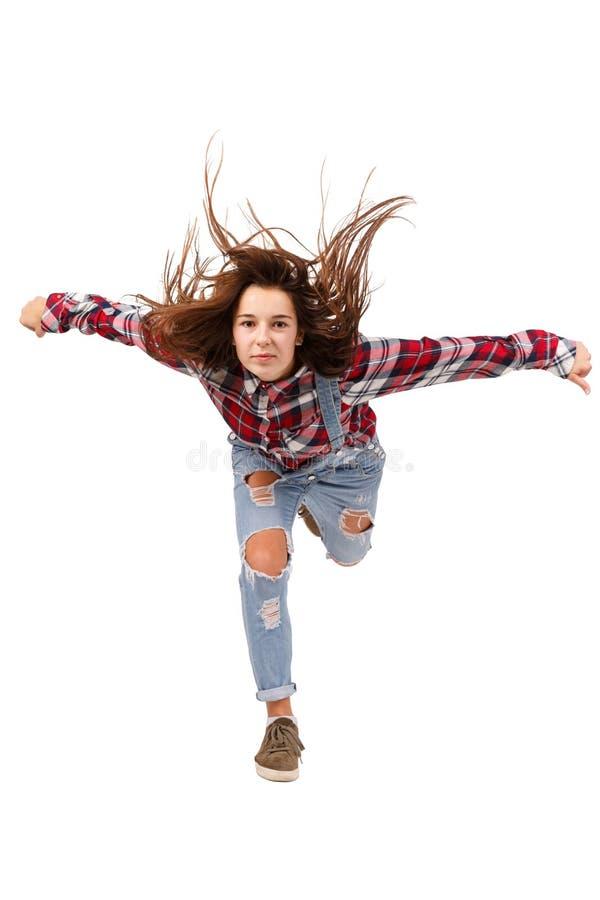 Junges Mädchen im vollen Wachstum, stehend auf einem Bein, tanzend trägt das Tanzen zur Schau, lokalisiert auf weißem Hintergrund stockfoto