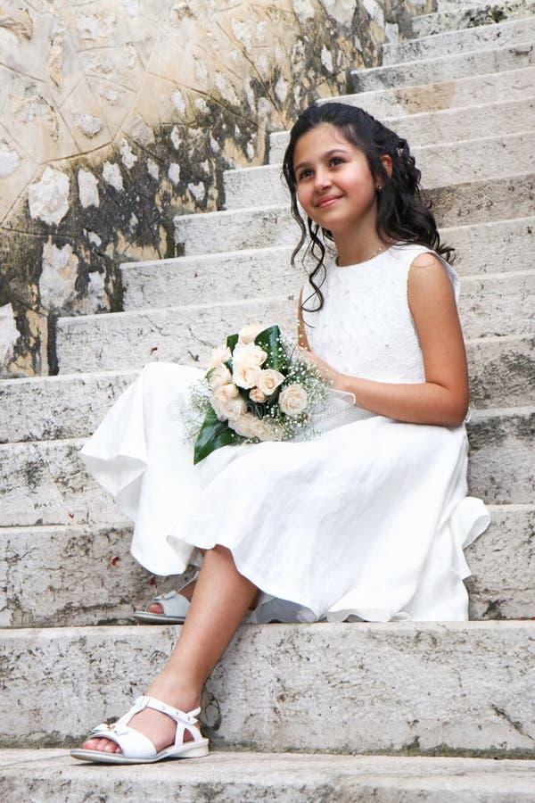 Junges Mädchen im weißen Kleid für Erstkommunion lizenzfreie stockbilder