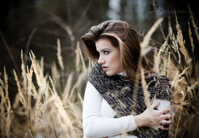 Junges Mädchen im Winterwald stockfotografie