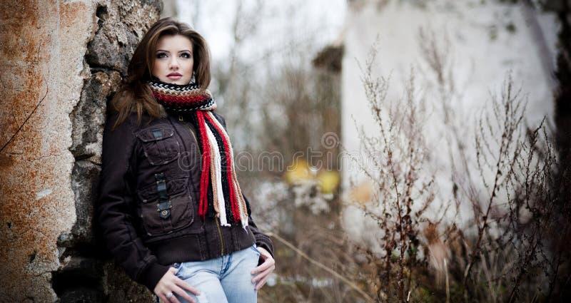 Junges Mädchen im Winterwald lizenzfreie stockfotografie