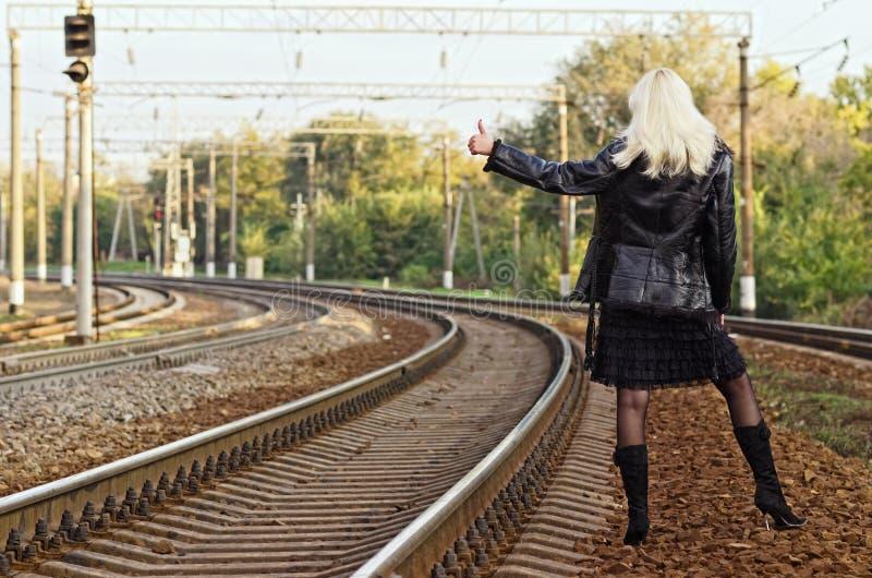 Junges Mädchen ist die Anhängevorrichtung, die auf Eisenbahn wandert stockbilder