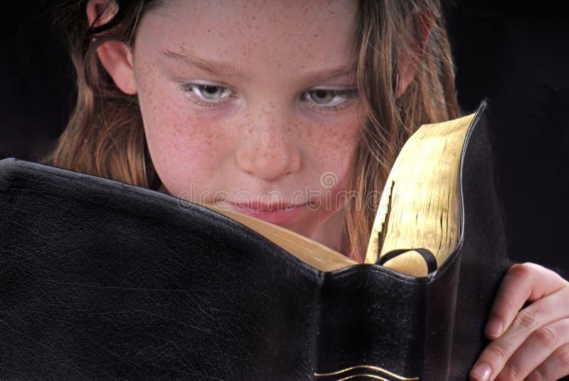 Junges Mädchen-Lesebibel stockbilder