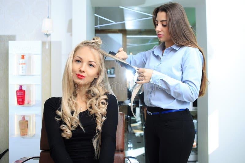 Junges Mädchen machen Frisur in einem Schönheitssalon lizenzfreies stockfoto