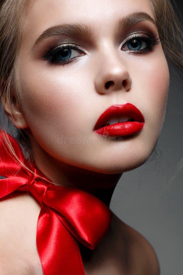 Junges Mädchen mit Abendmake-up und den roten Lippen Schönes Modell im Bild des Heilig-Valentinsgrußes Vollkommene Haut lizenzfreie stockfotos