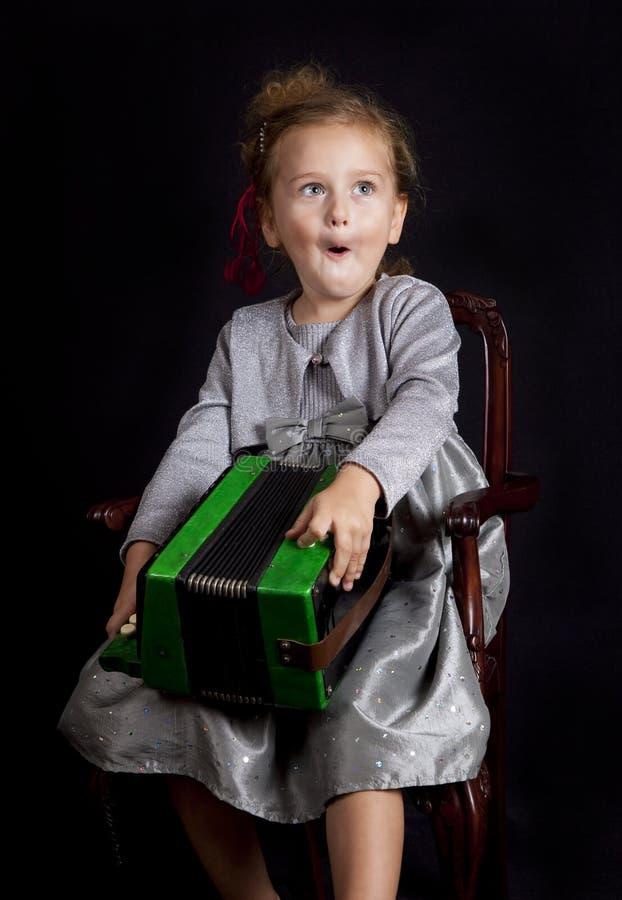 Junges Mädchen mit Akkordeon lizenzfreies stockfoto
