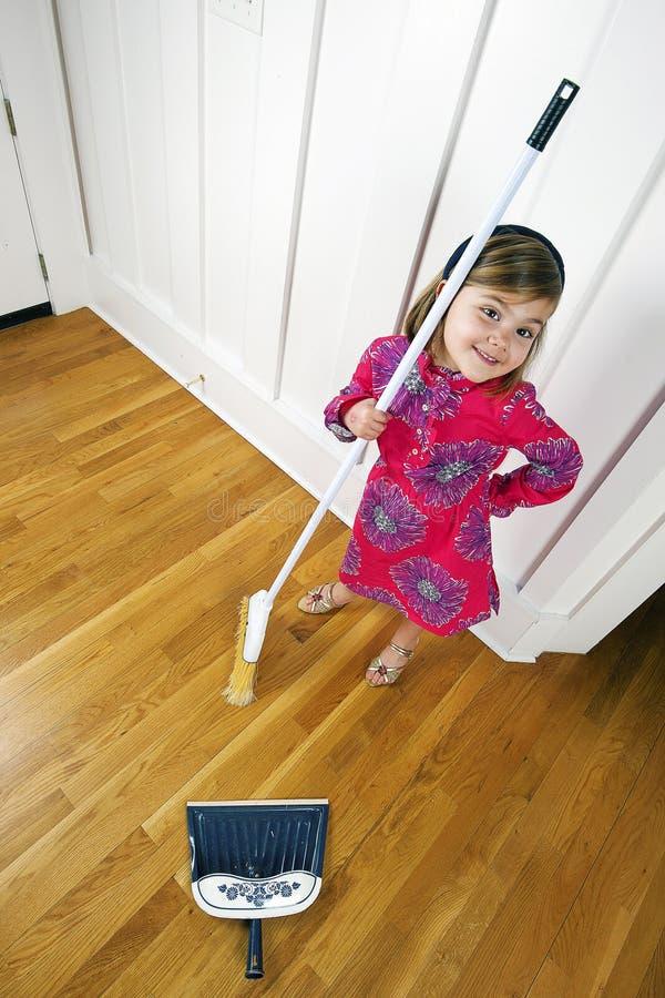 Junges Mädchen mit dem Besen, der oben schaut lizenzfreie stockbilder