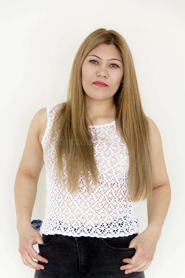 Junges Mädchen mit dem langen braunen gesunden Haar im Weiß stockbild