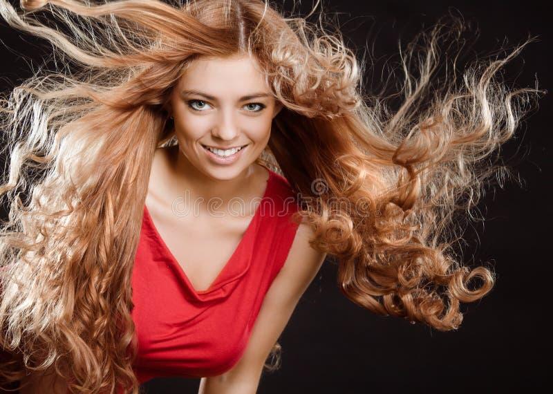 Junges Mädchen mit dem langen Haar stockfoto