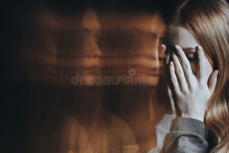 Junges Mädchen mit dem Schizophrenieschreien lizenzfreies stockfoto