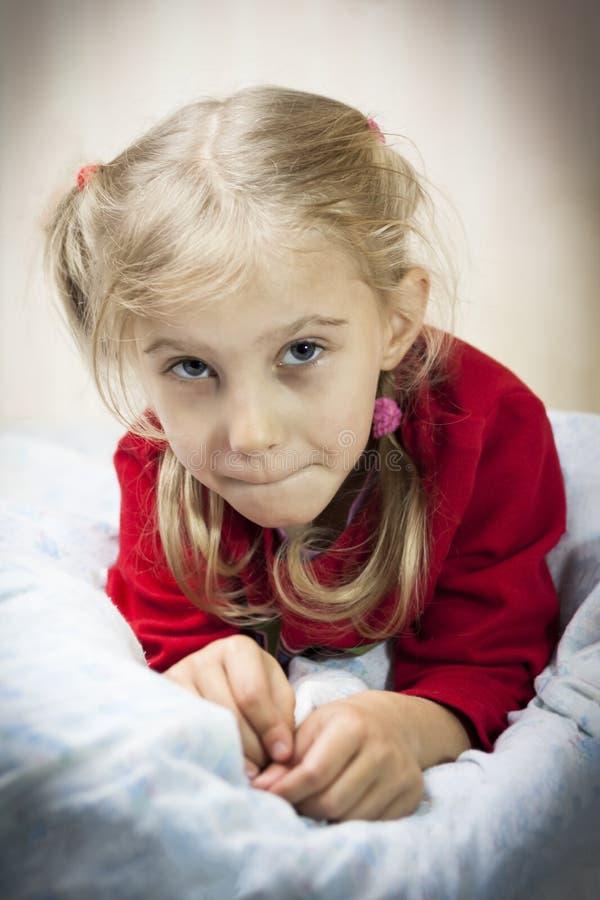junges Mädchen mit dem weißen Haar liegt auf dem Bett Es gibt Vignettierung Nahaufnahme lizenzfreie stockbilder
