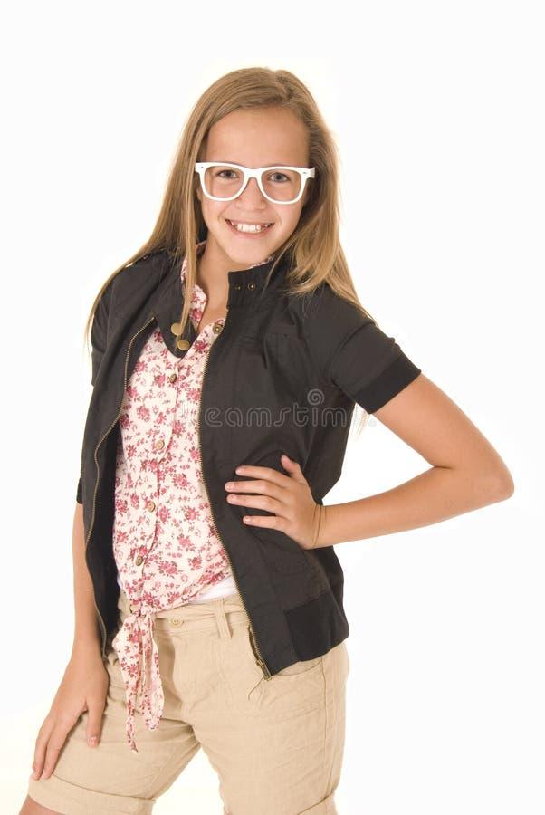 Junges Mädchen mit den lächelnden Händen der weißen modischen Gläser auf Hüften stockbild